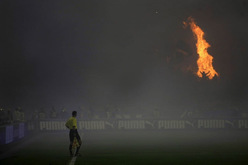 [VIDEO] Soccer fans set fire to stadium in Belgrade