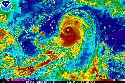 Super Typhoon Neoguri makes its way toward Japan