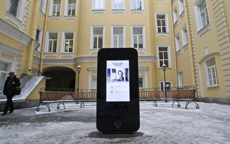 Russia Takes Down Steve Jobs Memorial After Apple's Tim Cook Comes Out as Gay