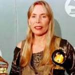 Singer Joni Mitchell rushed to L.A.-area hospital [VIDEO]