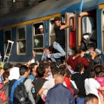Migrants storm train at Budapest's main station [VIDEO]